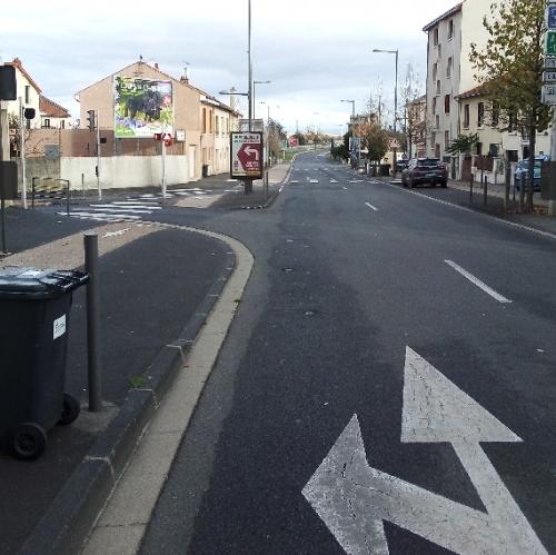 Rue A.France, l'aménagement laisse croire que la voie générale est prioritaire sur la piste cyclable